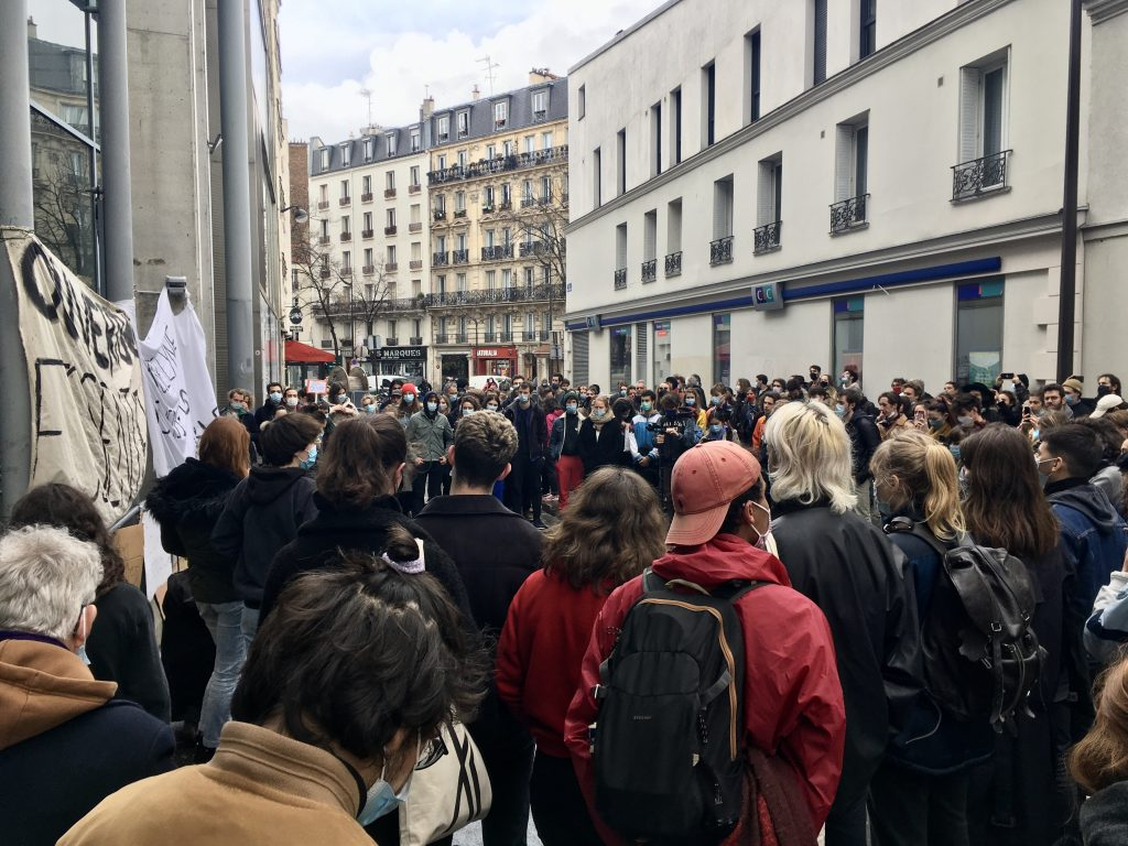 Protesters in front of the Théâtre de la Colline. Photo by Marion Bellal.