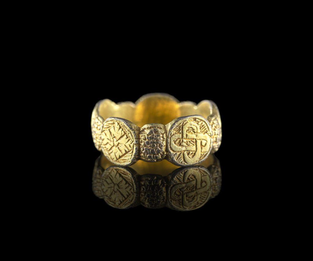 Medieval silver-gilt finger ring. © Amgueddfa Cymru–National Museum Wales.