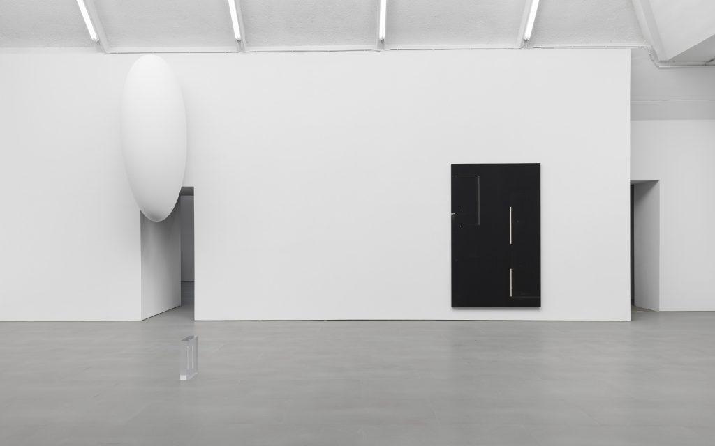 Tarik Kiswanson, Surging, exhibition view at carlier | gebauer, Berlin, 2021. Photo: Trevor Good / carlier | gebauer, Berlin/Madrid.